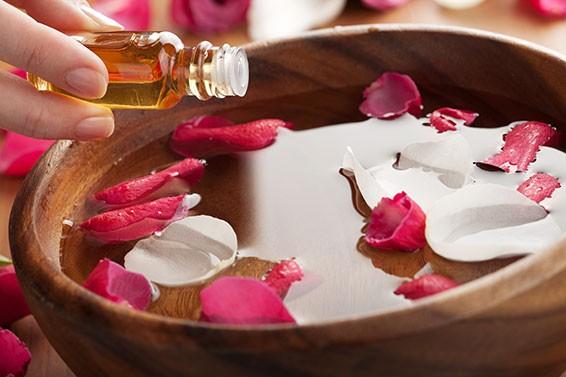 Photo of فوائد زيت الورد لتبييض الجسم وعلاج البشرة