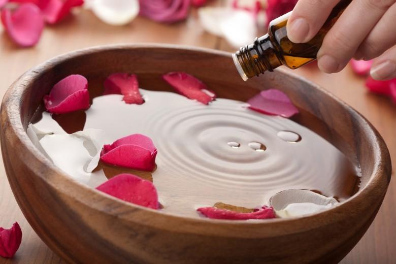 خلطات زيت الورد للعناية بالوجه والبشرة