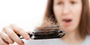 سبب تساقط الشعر المفاجئ وطرق علاجه