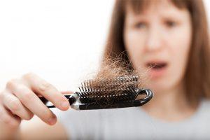 تعرف على سبب تساقط الشعر المفاجئ وطرق علاجه الفعالة والمضمونة